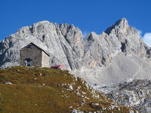 小屋, refugio,在阿尔卑斯山的bivaccoÂ蒂齐亚诺, Marmarole 图库摄影