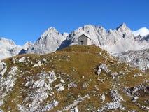 小屋, refugio,在阿尔卑斯山的bivaccoÂ蒂齐亚诺, Marmarole 库存照片