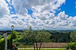 小山、葡萄园和柏树,在圣吉米尼亚诺附近的托斯卡纳风景 库存照片