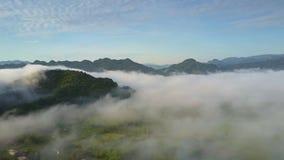 小山上面从雾和几乎没有可看见的绿色山谷推出 股票录像