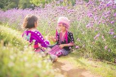 小山使用与有传统衣裳的朋友的部落孩子 库存照片
