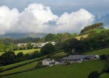 小山农场,在阳光和阴影下 免版税库存照片