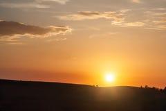 小山剪影在日落的 库存照片