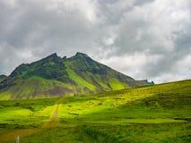 小山和一座山的看法在冰岛 免版税图库摄影