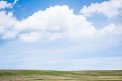 小山和云彩 免版税图库摄影
