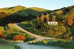 小山和农村路的, Mahia半岛,新西兰美丽如画的农村房子 免版税库存图片