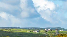 小山和城堡Doonagore的美丽的景色与房子的在Doolin村庄  库存图片