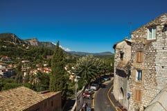 小山和屋顶全景在de Vence之外的市中心 库存照片