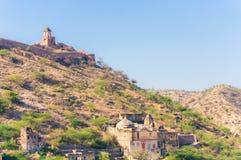 小山和山看法在阿梅尔镇,拉贾斯坦,印度附近有古老墙壁的 免版税库存图片