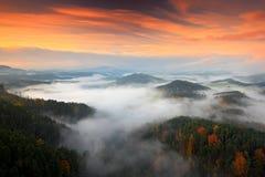小山和村庄与有雾的早晨 早晨漂泊瑞士公园秋天谷  与雾,捷克Republ风景的小山  库存照片