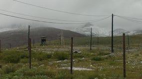 小山和水坑在多云天空 免版税库存照片