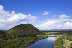 小山和河美丽如画的横向 免版税库存图片