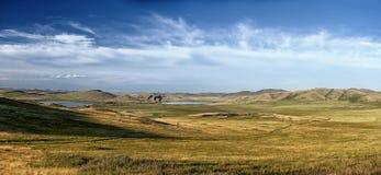 小山和湖全景  免版税库存图片