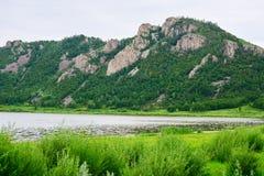 小山和湖 免版税库存图片