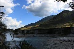 小山和瀑布 免版税库存图片