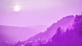 小山和老镇全景  被定调子的紫罗兰色桃红色 16:9 耶拿,德国 免版税库存图片