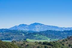 小山和草甸在不可靠的峡谷地方公园;圣巴勃罗水库;登上蝙蝠鱼在背景中,东部旧金山湾, 免版税库存图片