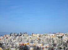 小山和蓝天的之家 免版税库存图片