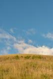 小山和蓝天的看法 库存图片