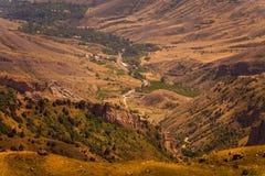 小山和谷视图在亚美尼亚,高加索 库存图片