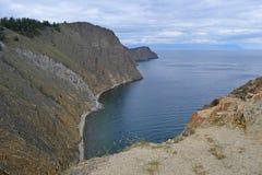 小山和贝加尔湖的看法 免版税图库摄影