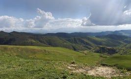 小山和Elbrus高山草甸  从通行证的看法胶Bashi 库存照片