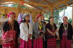 小山在农村教会的部落唱诗班 库存照片