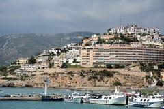 小山在有港口的佩尼伊斯科拉 库存图片