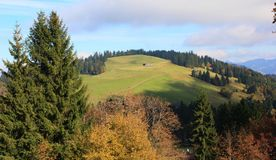 小山在秋天观看 库存图片