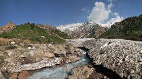 小山小河在春天 免版税库存照片
