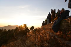 小山尼泊尔poon 寻找日出的许多人民在11月的喜马拉雅山 库存图片