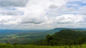 小山山和天空与云彩 免版税图库摄影