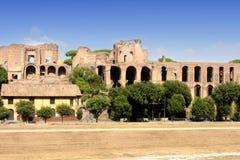 小山意大利宫殿毛皮围巾的罗马废墟 图库摄影
