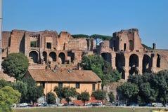 小山意大利宫殿毛皮围巾的罗马废墟 库存图片