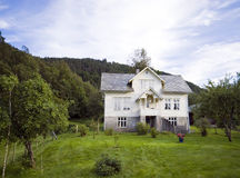 小山房子偏僻的挪威 免版税库存照片