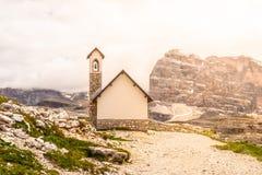 小山教堂,在Tre Cime di Lavaredo的Cappella degli Alpini,白云岩,意大利 库存照片