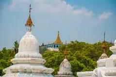 小山曼德勒 Kuthodaw塔在曼德勒,缅甸 缅甸 图库摄影