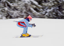 小山滑雪下来妇女年轻人 免版税图库摄影