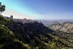 小山的一个古老石镇在意大利海岛上 免版税图库摄影