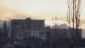 小山的一个大房子在日落期间 股票录像