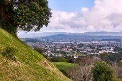 从小山的上面的看法横跨下面下来村庄的 图库摄影