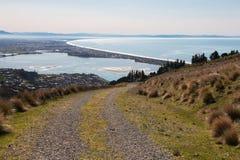 小山的乡下路有看法向海洋 免版税图库摄影