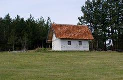 小山的偏僻的白色房子 免版税库存照片
