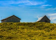 小山的农厂房子 免版税图库摄影