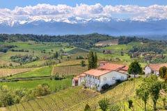 小山的农村房子在山麓,意大利。 免版税库存照片
