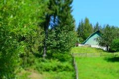 小山的农村房子 免版税库存图片