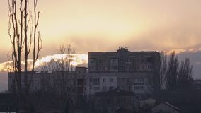 小山的大房子在日落期间 股票视频