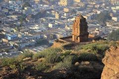 从小山的寺庙 免版税库存照片