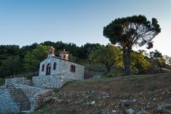 小山的小教会在日出的斯科派洛斯岛镇,斯科派洛斯岛海岛  免版税图库摄影