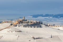 小山的小镇在冬天 免版税库存照片